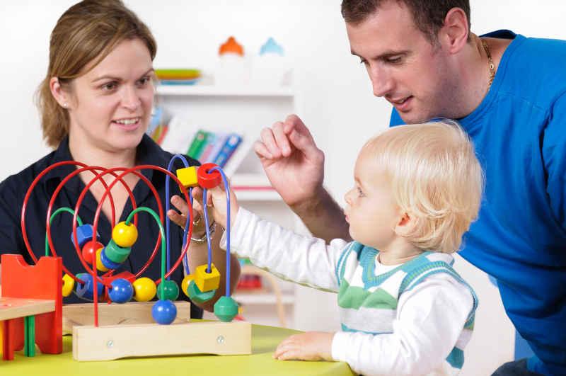 Mann, Frau und Kind beim spielen