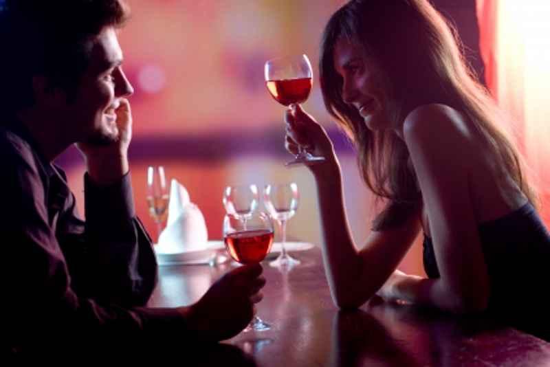 Partnersuche für Singles bei einem Glas Wein